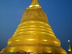 これがプーカオトーン(黄金の山)の頂上にある仏塔です。 まさに黄金!