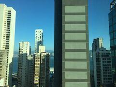 ラマダ ホンコン ハーバービューにチェックイン。西營盤(サイインプン)駅A1出口すぐ。ハーバービューとはいえ、ビルでほとんど見えません。  デモがあって中国資本だからと攻撃されるMRTが運行停止になっても、空港駅まで直通のエアーポートエクスプレスの香港駅まで頑張れば歩ける距離。3泊して10,615円は安い! 香港のホテルは通常は高いのに、かなり値崩れしてます。