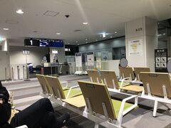 新千歳空港に到着。降機後のブリッジで感じる冷たい空気が、旅の終わりを感じさせます…。  一連の旅はJAL便でしたが、ここから女満別への乗り継ぎにはJAL便が間に合わないため、ここから先はANA便。ちなみに予約時点では、お値段変わらず。 でも航空会社が違うと、いったんセキュリティ出ないとダメなんですねぇ。ちょっと不便でしたが、まあ時間に余裕があるし買い出しもできるのでヨシとしましょう。  今回の2泊3日、初めて荷物を預けずに各自で持ち歩く形にしました。子供も成長して、預かる荷物が減ったり、自分で持たせたりできる年齢になったことが要員です。おかげで降機後の移動もスムーズでした。 機体の大きさや宿泊日数によりますが、次の旅もフットワークの軽い家族旅行ができそうです。