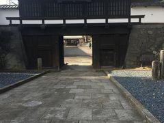 なかなか立派な門です  この奥が地下道で線路向こうに出られるようです。