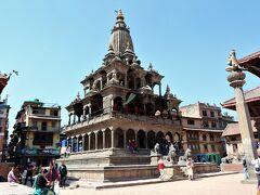 ダルバール広場  古い方のクリシュナ寺院 は北側にある四角形の寺院です。