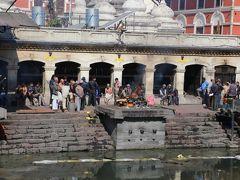パシュパティナート  ネパール最大のヒンドゥー教寺院でありシヴァ神を祭るこのパシュパティナートは、バグマティ川の川岸に建っています。  インド亜大陸4大シヴァ寺院にも数えられ、1979年世界遺産に登録された「カトマンズ盆地」の主要な構成要素の一つです。