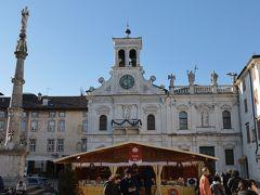 マッティオッティ広場のサン・ジョコモ教会 広場に集まった人たちのためにミサを置こうなうためのバルコニーがある