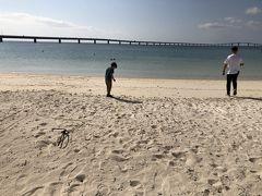 宮古島に戻って、伊良部大橋を望むサンセットビーチへ。子供達は珍しい貝殻やサンゴに興味津々。沖縄に来ると貝拾いばかりしています。