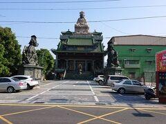 途中で見かけたお寺です。 後で調べたら「洲仔清水宮」という道教寺院の様です。
