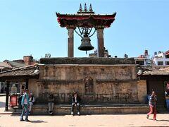 ダルバール広場  タレジュの鐘は、1736年にマッラ朝ビシュヌ王の命に依り建てられた大鐘となり、時を告げるための鐘としてではなく、当時、嘆願者が王に不平を訴えかけるために警鐘したのだと言われています。