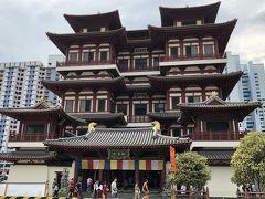 仏牙寺にきました。 結構巨大な建物です。 最初は分からなかったが、寺院の両脇に階段があるので上層階にも登ることができます。