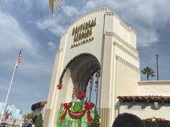 """本日はこちらにやってきました! LAでのメインイベント、ユニバーサルスタジオハリウッド!USH!  ※以下、この記事はネタバレを含みます  チケットは、公式より若干安かった""""kkday""""というサイトから購入しました。 2日目入場プレゼント/1-DAY入場チケット(閑散期) JPY \10,300でした。  今日の営業時間は10:00~18:00までです。  10:00に到着しようと思っていましたがちょっと寝坊しましたw でも、ホテルから歩いて10分なのですぐ到着! この為にヒルトンユニバーサルを選んだのよ~  中に入るまでちょっとだけ並びました。 並んでる間、周りに変な人がいないことに何故か安心してる自分・・・。 街に出れば、日本ではお見掛けできないような人を目撃しているので、自然とこんな感情になっていました(笑) だって皆さんお金があるからUSHに来ているんだもの・・・安心安心・・・。"""