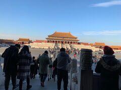 ここまで何分歩いたか・・・  やっとラストエンペラーの舞台にもなった紫禁城の中心を構成する 太和殿に到着。 世界最大・最古の木造建築群だそうで、現在は故宮博物院です。  帰国してからラストエンペラーのDVDを観ようと思っちゃいました笑