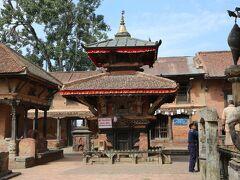 チヤング・ナラヤン寺院  装飾された柱、ほら貝の柱(右側)