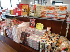 仕方がないのでお土産売り場を物色して、昔懐かしのお菓子セールというコーナーでポン菓子を買って出て来ました。