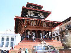 ガル-ダ像の前にはナラヤン寺院 トライロキャ・モハン・ナラヤン寺院  クマリの館前パゴダ