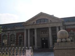 台南は歴史ある建造物が沢山あるのですが、そのうちの一つ「旧台南地方法院」です。  場所が場所だからか、近くには法律事務所が沢山ありました。 中にはでかでかと「離婚」という看板まで・・・。
