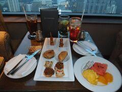 インターコンチネンタル・バンコク 37階クラブルーム アンバサダー会員でクラブルームを予約していたので、はチェックインをここで行いました。サパーの時間だったので軽いお食事をとりました。無料です。