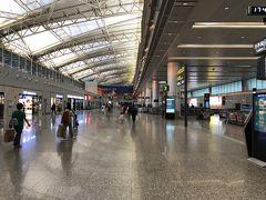 予定通りに広州空港に到着しましたが、イミグレまで長い距離を歩かなければいけません。 イミグレは外国人が少なかったので、思ったより早く入国できました。 でも荷物がなかなか出てこないので、30分近く待たなければいけませんでした。