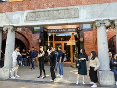 宮原眼科前は開店を待っている人たち。