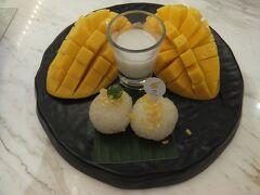MAKE ME MANGO タイのスイーツ。もち米とマンゴーにココナッツミルクのソースをかけていただきます。これ、おいしいです。175バーツ。