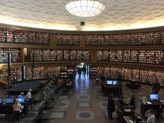 ストックホルム市立図書館 ここも本を選びに来るより観光客が多い。