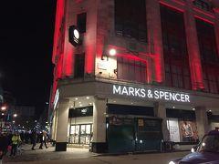 オックスフォードストリートを西へ行くと マークス&スペンサーがあります