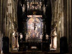 まずはホテルから歩いてシュテファン大聖堂にやってきました。今日はじっくりと写真撮りたいと思います。  中央部の身廊 タイプ別に分けるとすれば「天の門」にカテゴライズされるらしい。祭壇画はエレサレム城門の聖ステファノの投石による処刑が描かれている。これはウィ―ンで最初に作られた最も重要な初期バロック様式の祭壇