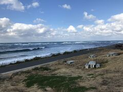 灯台から海岸線まではベンチなどが置かれた
