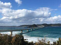 一通り灯台周辺を観光した後、本土側に戻って海士ヶ瀬公園から改めて角島大橋