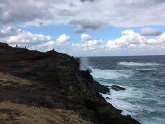 これは「龍宮の潮吹」と呼ばれる自然現象。運が良ければ虹をまとうことも
