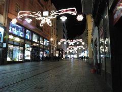 ウィーンからRegio jetに乗って約1時間30分。20時過ぎにブルノ本駅に到着しました。 こちらは旧市街の目抜き通り、マサリコヴァ通り。時折トラムが通っていきます。