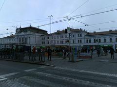 次はブルノ本駅の反対側にあるモール、Galerie Vaňkovkaに行ってみます。ウィーンからブルノに到着の際、今回は本駅の工事が終わっていたのでよかったのですが、もし工事中だったらBrno Dolní Nádraží駅からそのモールを通り抜けて旧市街に向かう予定でした。 本駅前はトラムを待つ人々などで混雑していました。