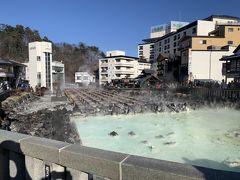 今回は草津温泉に行ってきました♨️ しかも猫がいる旅館に泊まります!!温泉も楽しみだけど猫がメインみたいなもんです!  草津までは神奈川から圏央道、関越道を通って4時間くらいで着きました! 初めて湯畑に来ましたが硫黄の匂いで温泉地に来た感じがします♨️