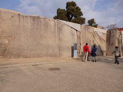 桜門 枡形巨石。 左端に「タコと言われればタコ」のように見える模様があるらしく、蛸石と呼ばれています。