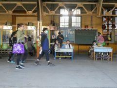阿里山へ行くときは嘉義駅で乗り換えるんですね。 ところでこの鉄道小学堂と書かれた場所の小学校の机は何をするためのもの??