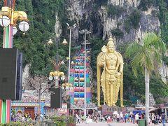 バトゥ洞窟に到着しました。 ウィキペディアによると右側の大きな像は、ヒンドゥー教の軍神スカンダ神だそうです。 周りの人間と比べると、どれだけ大きな像なのかわかると思います。