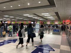 歩いてボーダーまで来ました。 中国側のイミグレは外国人レーンが結構空いてました。 ちょっと前までは、空いているからと中国人が入ってくることがあり、注意を受けることも。 でも外国人レーンは指紋チェックがあるため、並んでいる人数が少なくても、実は意外と時間がかかることが多いです。