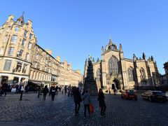 それにしても、悪天候で有名なスコットランドとは思えない晴天! 右手に見えるのはスコットランド国教会の総本山的存在の聖ジャイルズ大聖堂。1124年に創建され、先の聖マーガレット・チャペルより古い歴史を持つ教会。