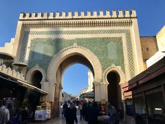ホテルから歩いてすぐの、旧市街の入り口「ブー・ジュルード門」。  緑色の大きな門です。