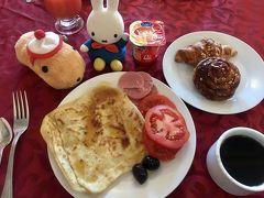 8時に起床~  ホテルのレストランへ。 ビュッフェスタイルだけど、品数は少ない~ ケド、朝食が付いているだけでもありがたい!  コーヒーは、びっくりするほど美味しくない(・_・; ケド、パンがすっごく美味しい~!