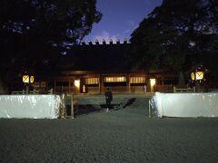 薄暗くなったころ熱田神宮に到着 5時をすぎて暗闇の中で参拝です。