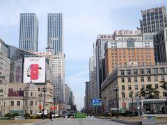 中山広場から人民路を望みます。  右に交通銀行(旧東洋拓殖)、左に中信銀行(旧中国銀行)。