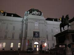 その先に国立図書館があります。世界一美しい図書館だそうです。さすがハプスブルク家ですね。図書館にお金かけるなんて極みですね。