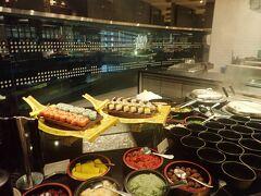 ルメリディアンホテルはマリオット・インターナショナルが世界規模で展開する大型ホテルブランドです。 マレーシアのホテル価格は安かったので、せっかくこんな5つ星ホテルに宿泊できたんだからと朝食もつけました。 朝からお寿司や蕎麦なんかもありました。