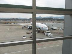 福岡空港発のキャセイドラゴンに登場。A330のかなり古い機体だが、がらがらでゆったりできた。