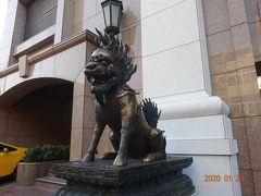 三日目の朝のホテル前の獅子の像