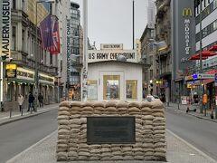 旧東西ドイツの検問所の跡地だそうです。 今はなんの変哲もない交差点に見えますが、 昔はここから壁で分断されていたのかと気付かされます。 朝早かったため誰もいなかったのですが、 お昼頃には米兵の格好をした人と一緒に写真を撮れるようです。  ベルリン市内を電車とバスで移動しようと考えていたため1日乗り放題券を購入しました。