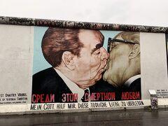 イーストサイドギャラリーへ インパクト大なこの写真のように ベルリンの壁に絵が描かれていて、アートとなっているエリアです。 市民たちが壊した壁を目の当たりにして圧倒されました。  続いてはブランデンブルク門周辺へ