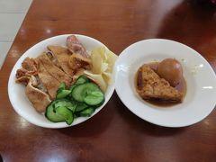 【周老牌燒肉飯(華栄店)高雄 2020/01/13】  一人、昼食を取りました。焼肉飯中、煮卵、がんもどきを注文しました。 住所:高雄市鼓山區華榮路248號、電話:07-5526019.。