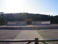 応神天皇陵拝所です。 先ほど行った奥様が眠っている仲津姫陵拝所よりかなり広いですね。 ただ鳥居の奥に木が生い茂った丘が見えるだけ。 見た目はあまり変わりません。  近鉄土師ノ里駅に戻ります。