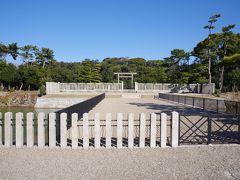 仁徳天皇陵の拝所です。鳥居の奥に木の生い茂った丘があります。 やっぱり陸から見たらどの古墳も同じだわ。。。