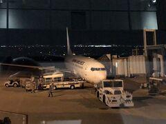 搭乗するボーイング737-800  JL815便 19:20発です。到着は21:45