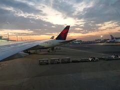 夕方の5時頃に羽田空港国際線ターミナルに到着しました。 夕暮れなので、綺麗な光景が取れました。 バンコク5日間、楽しい旅になりました。 後半に体調を崩してしまいましたが、次回は崩さないように万全な体調管理をして来訪したいと思います。  最後まで読んでくれてありがとうございました。 またの機会に(^-^)